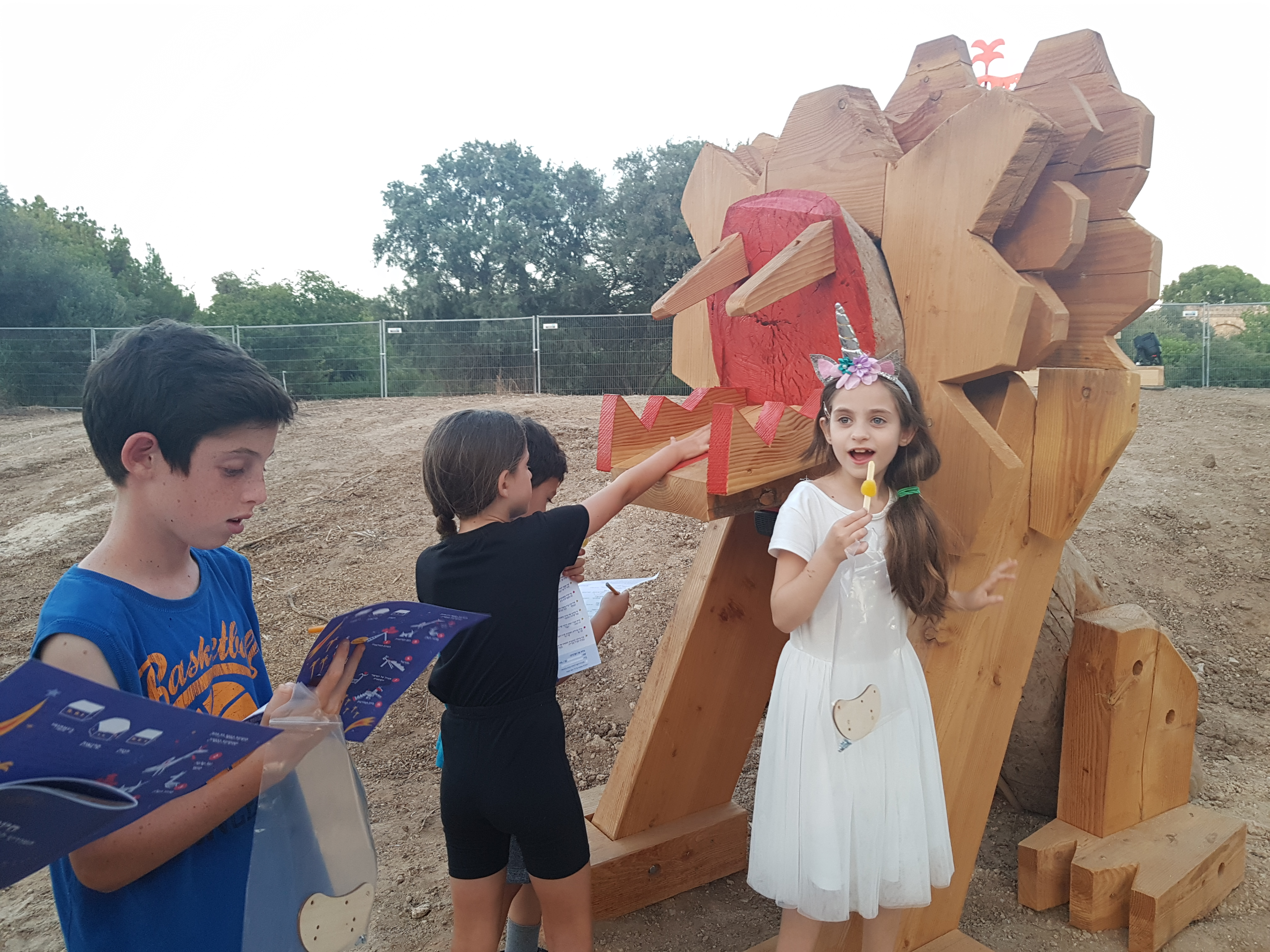 פסל אריה שואג לילדים